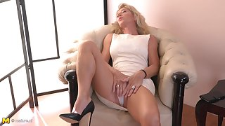Lonely Josefine N. is unassisted too sizzling not on every side play involving herself